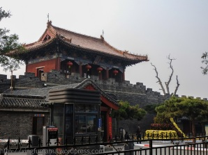 Dai Miao north gate in daylight.